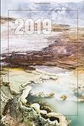 """2019 Weekly Planner: Mammoth hot Springs - Yellowstone National Park - 6"""" x 9"""" Weekly Planner and Notebook (libro en inglés)"""